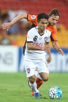 Chanathip Songkrasin of Muangthong United kicks during the AFC Champions League match between the Brisbane Roar and Muangthong United at Suncorp Stadium on February 21, 2017 in Brisbane, Australia.