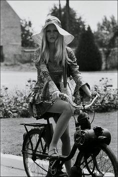 Brigitte Bardots best summer dresses in 13 vintage photos Hollywood Fashion, 70s Fashion, Old Hollywood, Timeless Fashion, Vintage Fashion, Bikini Fashion, Hollywood Actresses, Luxury Fashion, Hollywood Glamour