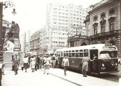 Década de 50 - Ponto de ônibus ao lado do Teatro Municipal, na praça Ramos de Azevedo.
