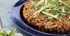 Kartoffeltærte med groft smuldrelåg En sundere og grovere kartoffeltærte med dejligt fyld af bl.a. kartofler og hytteost.