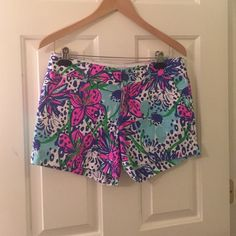 In the Garden Lilly Callahan short size 4 Worn once! In perfect shape! Lilly Pulitzer Shorts