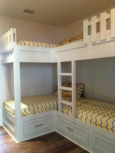 Small kids room with bunkbeds double bunk 42 Ideas Corner Bunk Beds, Bunk Bed Rooms, Bunk Beds Built In, Kids Bunk Beds, Built In Beds For Kids, L Shaped Bunk Beds, Trundle Beds, Bunk Bed With Desk, Twin Bunk Beds