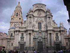 Visión general de la Torre renacentista junto con la fachada principal de la Catedral de Murcia. (Recordar que aquí también está la Capilla de los Vélez)