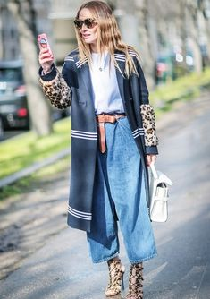 pantacourt jeans, street style, sobretudo marinho, animal print, faux fur, bolsa branca