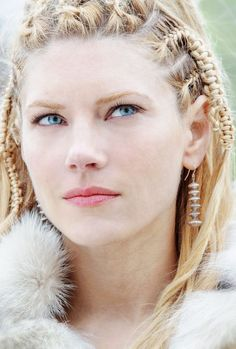 Katheryn Winnick (mess with Lagertha, you're dead . or at least castrated! Lagertha Vikings, Katheryn Winnick Vikings, Ragnar Lothbrok, Cheveux Lagertha, Lagertha Hair, Bracelet Viking, Viking Jewelry, Viking Braids, Vikings Tv Show