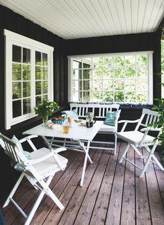 Kom med ind i designeren Ditte Fischers sommerhus, der oser Outdoor Rooms, Outdoor Living, Outdoor Furniture Sets, Outdoor Decor, Gazebos, Beach Cottage Decor, Beach Cottages, Cottage Style, House Ideas