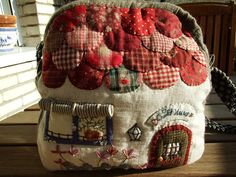 would make a cute tea cosy Japanese Patchwork, Japanese Quilts, House Quilts, Fabric Houses, Fabric Yarn, Fabric Crafts, Patchwork Quilt Patterns, Place Mats Quilted, Tea Cozy