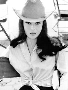 A new look at Audrey Hepburn in cowboy hat, Green Mansions, 1958 (via Bob Willoughby) Audrey Hepburn Outfit, Audrey Hepburn Mode, Audrey Hepburn Photos, Aubrey Hepburn, Audrey Hepburn Inspired, Divas, Classic Hollywood, Old Hollywood, Cow Girl