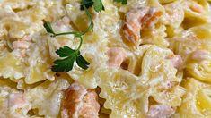Sciogliete il burro in una padella larga e bassa. Aggiungete il salmone affumicato tagliato grossolanamente, fate cuocere 1 minuto a fuoco moderato, quindi versate la panna. Aggiustate con poco sale e pepe; aggiungete la buccia di limone e scostate dal fuoco. Lessate le farfalle in abbondante acqua salata e versatele nella salsa. Fate... Fate, Pasta Salad, Macaroni And Cheese, Salsa, Ethnic Recipes, Gastronomia, Crab Pasta Salad, Mac And Cheese, Salsa Music