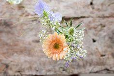 Kleine bloemenvaasjes met distel, gerbera en gipskruid. // Fotograaf: Trouwtrendy // Girls of honour