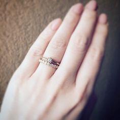 さり気なく、指元に輝くジュエリー。エンゲージリングとエタニティーリングの重ね着けも素敵なこちらの指輪を手掛けるのが「YUKA HOJO(ユカ ホウジョウ)」です。