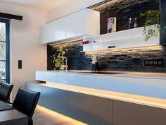 Czarno-biała kuchnia, ściana z cegieł w kuchni, nowoczesna kuchnia. Zobacz więcej na: https://www.homify.pl/katalogi-inspiracji/13557/top-10-w-2014-wyjatkowe-kuchnie