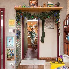 Casa pequena, casa charmosa, parede de tijolinhos, quadros, luzes, detalhes.