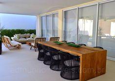 Entre o balcão e a mesa rústica de madeira, cerca de doze pessoas podem desfrutar das refeições preparadas ao ar livre, em um ambiente alegre e descontraído!