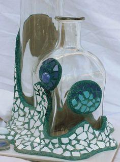Unas decoraciones coloridas de botellas en Trencadís. Cada una de ellas de formas y gammas diferentes.   Empiezo con una colección de cuatr... Snow Globes, Mixed Media, Bottle, Crafts, Mosaics, Blog, Glass Bottles, Creativity, Creative