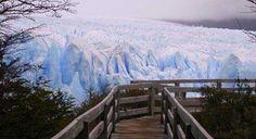 Subscreve: www.trilhodemigalhas.com O Parque Nacional Los Glaciares é uma área de beleza natural incível com montanhas imponentes e muitos lagos glaciais, incluindo o Lago Argentino, que tem 160 km de comprimento. O que torna esta experiência mais incrível é que, na extremidade mais distânte, 3 glaciares jumtam-se para deitar os seus efluvios na água glaciar, lançando bocados enormes do iceberg na água o que soa como um trovão.