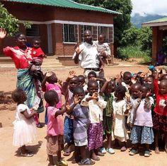 Be More  Begin het weekend met een lach of gewoon met heel veel van deze blije gezichtjes uit Malawi! Enjoy your weekend! #bemore #reizen #vrijwilligerswerk #afrika #malawi #weekend #enjoy