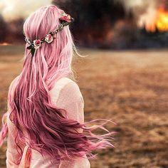 Cheveux longs roses