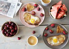 Disse søde brød med æg i hjerteform er slet ikke til at stå for og de er et hit både til valentines dag og til enhver romantisk morgen - se opskrift
