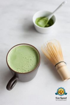 Coconut Matcha Latte A simple and delicious recipe for a Vanilla Coconut Matcha Latte, the perfect mid-morning pick-me-up.A simple and delicious recipe for a Vanilla Coconut Matcha Latte, the perfect mid-morning pick-me-up. Matcha Tee Latte, Tea Latte, Matcha Latte Recipe, Yummy Drinks, Healthy Drinks, Yummy Food, Healthy Recipes, Detox Drinks, Healthy Foods