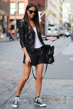 Jaqueta de couro, blusa branca, short de couro, tênis all star preto