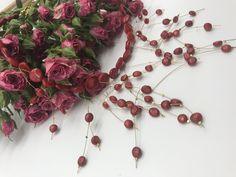 Proč si pořídit nebo darovat tento náhrdelník?   •Jemný design  •Trendový šperk s vysokou brilancí •Náhrdelník vhodný pro denní nošení i do společnosti   Materiál náhrdelníku: koral(velikost koral 1,3mm a 0,6mm), kov   Délka náhrdelníku: cca 48 cm   Cena náhrdelníku: 890,-Kč   Gramáž náhrdelníku: 68g