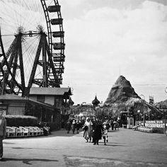 Prater in Wien, 1938 Timeline Classics/Timeline Images Fest Des Fastenbrechens, Amsterdam, Timeline Images, Parks, Black And White Photography, Vienna, Louvre, History, Building