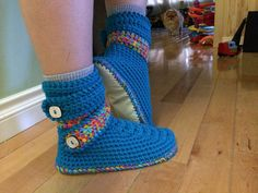 Woman's snow boot style slipper, size 9, with vinyl bottoms