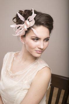 Blassrosa+Fascinator+mit+Federn,+Hochzeit+Haarschm+von+BeChicAccessories+auf+DaWanda.com