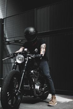 Learning to ride a bike is no big deal. Learning the best ways to keep your bike from breaking down can be just as simple. Estilo Cafe Racer, Cafe Racer Style, Cafe Racer Bikes, Cafe Racers, Bobber Motorcycle, Motorcycle Style, Motorcycle Couple, Images Instagram, Cb 450