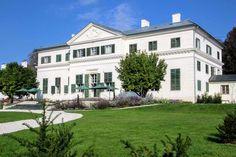 In der Nähe von Velden am Wörthersee befindet sich nicht nur der beliebte Tierpark Rosegg, sondern gleich nebenan auch das Schloss Rosegg, in dem seit 2019 ein schmuckes Cafè eingerichtet wurde. Es ist damit eines der wenigen öffentlich zugänglichen Schlösser des 18. Jahrhunderts in Kärnten.Themen: Hochzeit und Heiraten im Schloss, Ausflugsziele, Sehenswürdigkeiten, Österreich, Kärnten, Schlösser, schöne Orte, Reiseziele, Österreich-Urlaub #castles Labyrinth, Mansions, House Styles, Home Decor, Austria, Road Trip Destinations, Beautiful Places, Luxury Houses, Interior Design