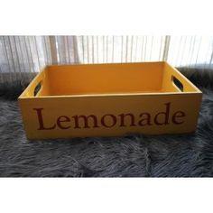 """Bandeja de madera envejecida, estilo vintage, pintada en color amarillo y con la palabra """"LEMONADE"""" pintada en color rojo. Asas recortadas en los laterales. Original atrezzo para fotografía de bebés. Dimensiones: 44,5 x 30 x 12cm"""