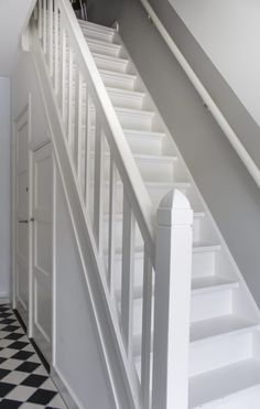 Hal met wit geverfde trap in jaren huis. Hall with white painted staircase in house. The post Hall with white painted staircase in house. appeared first on Home. House Staircase, Staircase Design, Attic House, House Rooms, Stair Walls, Stairs, Open Trap, Painted Staircases, Hallway Inspiration