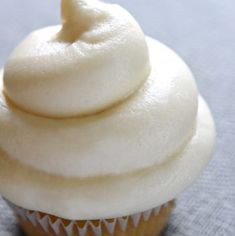 Cream Cheese Frosting is quick and easy, sweet and slightly tangy, comes together with just FOUR ingredients, and complements a variety of cakes & cupcakes! Cake Filling Recipes, Cake Frosting Recipe, Frosting Recipes, Cookie Recipes, Dessert Recipes, Bread Recipes, Strawberry Cream Cheese Frosting, Ground Beef Stroganoff, Peach Cake