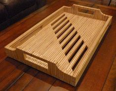 This is serving tray made out plywood - showing the end grain. Plywood Projects, Cool Woodworking Projects, Woodworking Workbench, Woodworking Furniture, Wooden Chopping Boards, Wood Cutting Boards, Serving Tray Wood, Wood Tray, Wooden Dish Rack