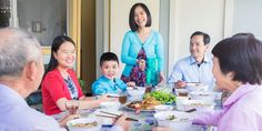 Une famille manifestant l'hospitalité envers un couple en partageant un repas avec eux