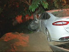 Carro bateu em uma árvore depois de atropelar as vítimas. (Foto: reproduçãoInterTV dos Vales) Seis pessoas morreram atropeladas na noite dessa sexta-feira (16) em Belo Oriente, no Leste de Minas Ge...
