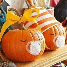 A fall baby shower is a seasonal theme that anyone can pull off, even on a limited budget! Check out our cheap fall baby shower ideas for inspiration! Baby Halloween, Halloween Pumpkins, Halloween Crafts, Halloween Decorations, Halloween 2015, Halloween Baby Showers, Funny Pumpkins, Pregnant Halloween, Halloween Witches