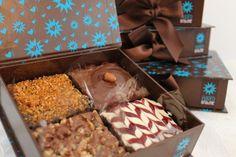 Adoro Brownie, gostei muito da embalagem deles.                              … Brownie Packaging, Baking Packaging, Dessert Packaging, Chocolate Packaging, Brownie Cookies, Brownie Bar, Chocolate Candy Recipes, Dessert Boxes, Candy Drinks