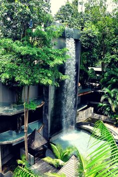 Waterfall at Siloso Beach Resort, Sentosa Island, Singapore | Green City Trips http://greencitytrips.com/destination/singapore/