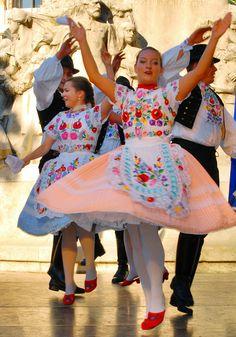 Hungarian Dance, Costumes Around The World, Folk Dance, Folk Costume, Ethnic Fashion, Budapest, Tights, African, Traditional