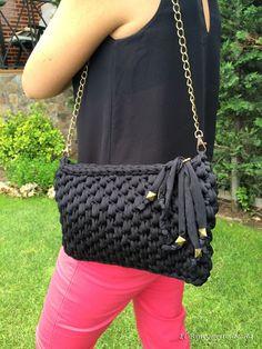 Best 12 Inda,enfeite d q? Drawstring Bag Diy, Diy Tote Bag, Crochet Handbags, Crochet Purses, Clutch En Crochet, T Shirt Yarn, Love Crochet, Knitted Bags, Cloth Bags