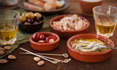 """Le tapas sono dei tipici stuzzichini della cucina spagnola perfetti come aperitivi o antipasti. In realtà, in alcune zone della Spagna, le tapas vengono servite in piccole porzioni, ma in tantissime varietà così da comporre un'intera cena. Il termine """"tapa"""" in spagnolo significa """"tappo"""" e pare che queste tartine, inizialmente composte da semplice pane rustico  … Continued"""