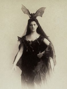 Bat Queen Not a bad idea for Halloween outfit what do you think? Regran_ed from great guys Victorian Halloween, Halloween Art, Happy Halloween, Reddit Halloween, Halloween Humor, Halloween Table, Halloween Signs, Halloween Makeup, Halloween Costumes