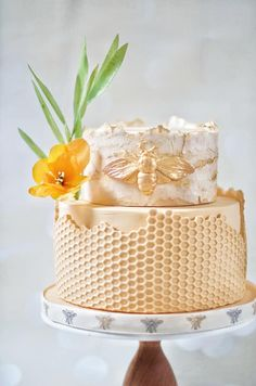 We LOVE everything about bees and beehives. Check out these awesome cake decorating ideas. Pretty Cakes, Beautiful Cakes, Amazing Cakes, Beautiful Cake Designs, Cupcakes, Cupcake Cakes, Bee Cakes, Bee Party, Fancy Cakes