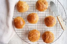 Bløde bamseboller med grahamsmel til madpakken eller fødselsdag. Cornbread, A Food, Muffin, Peach, Fruit, Breakfast, Ethnic Recipes, Cakes, Millet Bread