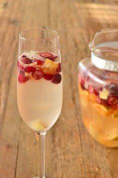 A famosa sangria, tão tradicional em Espanha, é a bebida ideal para acompanhar tardes agradáveis entreamigos. Feita geralmente com vinho tinto leve e fresco, frutas da época e um pouco de água com gás ou espumante, é fácil de fazer, fácil de beber e é perfeita para receber a Primavera e...