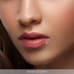 Piercing labret décalé brillant carré brillant blanc #piercing #lips