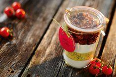 Ein Brot im Glas! Das kannst du ganz einfach selbst verschenken und damit deinen Liebsten eine leckere Freude machen. Mit ein paar Handgriffen zauberst du eine ganze besondere Brotmischung für ein Tomaten-Ciabatta!