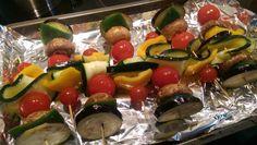 Groentenspiesjes, klaar om de oven in te gaan.